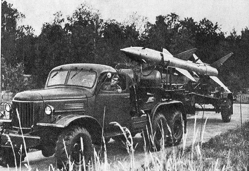 """Рис. 26. Так называемый """"ракетный поезд"""" с тягачом ЗИЛ-157В. Начало 60-х годов"""