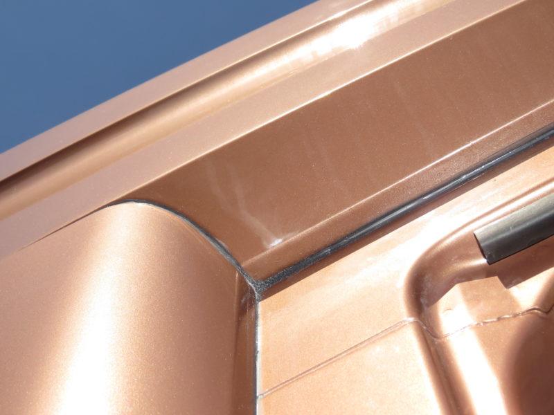 Стеклопластиковые боковины и обтекатель крыши «Чайка-Сервис» имеют стыковочные фланцевые поверхности внутреннего исполнения.
