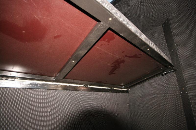 Каркас кабины «Автомаш» окрашен черной краской – такой же, как каркас спальных полок.